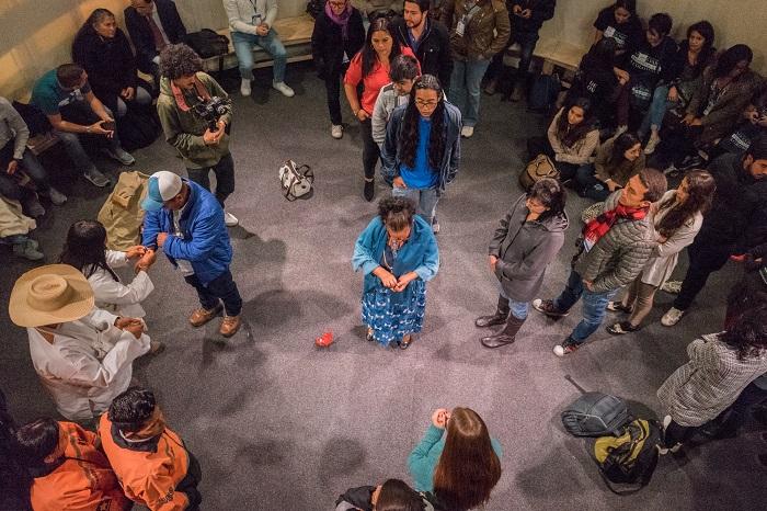 Imagen: Rito de armonización en el Museo de Memoria Histórica de Colombia, pabellón 20 de la FILBO, abril de 2018. Foto: María Paula Durán para el CNMH.