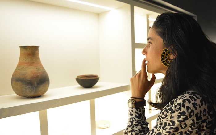 Imagen: Aspecto de la exposición ¿Esto tiene arreglo? Cómo y por qué reparamos las cosas. Foto: Anamaría González. Museo del Oro – Banco de la República.