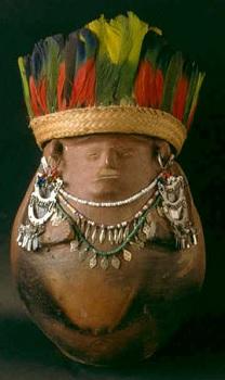 """Cántaro chokó para """"fuertiar"""" la chicha. En la iniciación femenina, la niña se dedica a adornarlo mientras está en su encierro. Aquí con corona de plumas y collares y orejeras de plata. Chamí"""