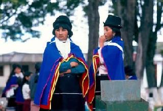 Traje tradicional guambiano, con el collar de chaquiras de uso diario. Foto de Luis Guillermo Vasco
