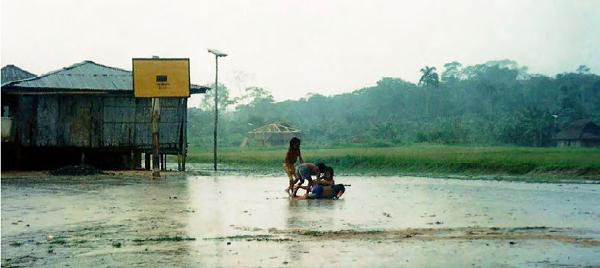 Niños cubeos jugando bajo la lluvia, comunidad de Bocoa. Departamento del Vaupés. Foto: Pablo Andrés Martínez