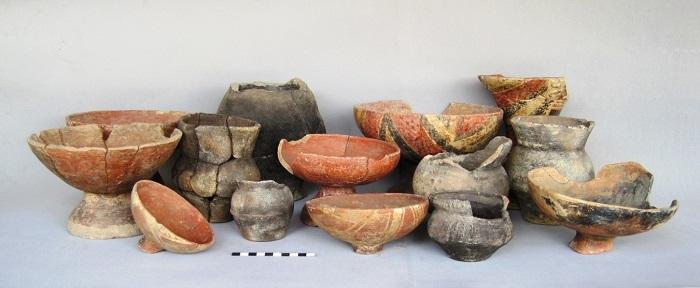 """Vasijas del ajuar de la tumba F3-67, sitio 12 """"La Torre de Energía"""", complejo Mirador II. Foto: Leonor Herrera, Cristina Moreno y Omar Peña."""